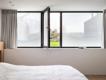Zelfklevende stof als raamdecoratie